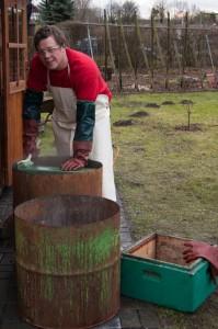 Reinigung und Desinfektion der Zargen in Natronlauge