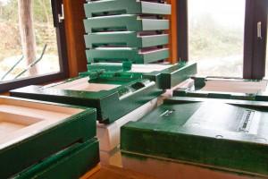 Winterarbeit: Viele neue Beutenteile werden von uns mit grüner Farbe gestrichen.